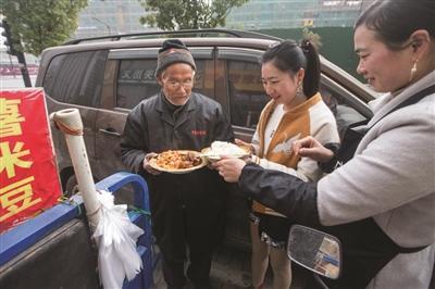 杭州小餐馆每天给门口烤红薯老汉免费送饭