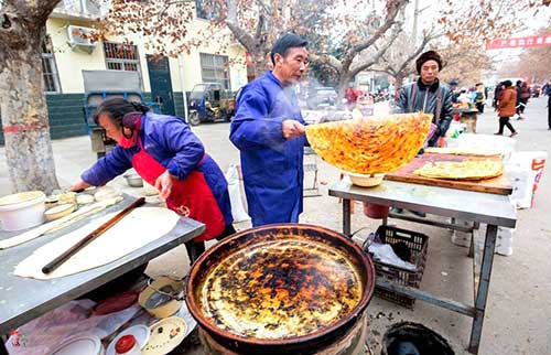 农村6旬夫妻在集市卖饼 孤寡老人免费吃